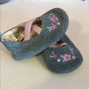 Adorable baby shoes size 0-6 months